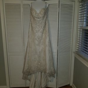 Maggie Sottero  Ivory Lace Feminine Wedding Dress